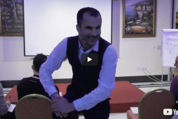 Νικόλας Σμυρνάκης | Ο μαέστρος της επικοινωνίας: Γιατί τα σωστά λόγια δεν είναι ποτέ αρκετά; (video)